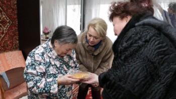 «Не нуждаются в подарках»: в Керчи чиновницы в честь годовщины снятия блокады Ленинграда вручили ветеранам по батону хлеба