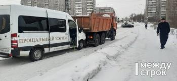 В Нижнем Тагиле катафалк с трупом врезался в КамАЗ