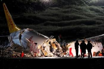 ВСтамбуле при посадке самолёт развалился натри части, есть погибшие (ВИДЕО)