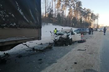 На Кольцовском тракте такси влетело в фуру, погибли два человека