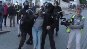 «Попыталась наступить на его руку». В МВД объяснили, почему полицейский ударил в живот участницу летнего митинга в Москве