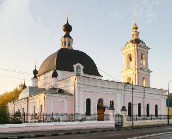 В Москве мужчина напал с ножом на прихожан храма и ранил двоих человек