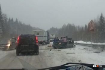 В Свердловской области легковушка влетела под фуру, один человек погиб