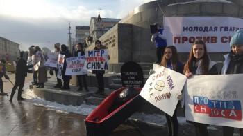 Активисты «Молодой гвардии» вынесли гроб к мэрии Екатеринбурга