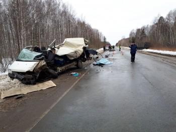 В Свердловской области грузовик врезался в автобус с туристами из Нижнего Тагила, погибли два человека