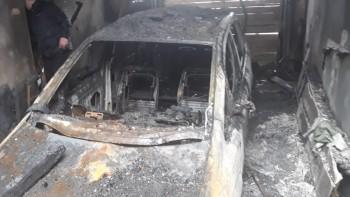 В Нижнем Тагиле пожарные три часа тушили автомобиль, гараж и кровлю жилого дома