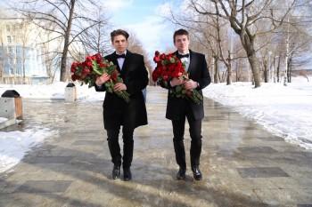 Команда телешоу «Холостяк» подарила жительницам Нижнего Тагила тысячу алых роз