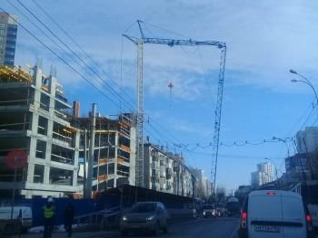 В Екатеринбурге на проезжую часть рухнула стрела строительного крана