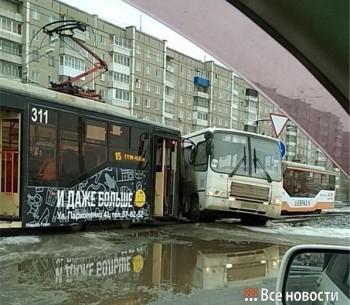 В Нижнем Тагиле трамвай врезался в автобус