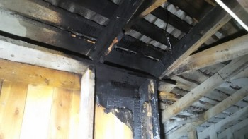 В Екатеринбурге неизвестные подожгли двухэтажный дом с жильцами