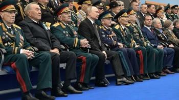 Кремль пока решил не сокращать массовые мероприятия в честь Дня Победы