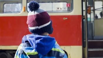 Кабмин одобрил законопроект о запрете высаживать из общественного транспорта детей-безбилетников