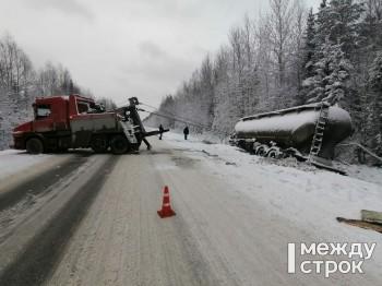 Сотрудники ГИБДД Нижнего Тагила помогли попавшему в аварию водителю грузовика