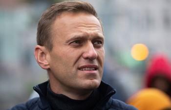 В Москве неизвестные облили Алексея Навального прокисшим молоком и обсыпали мукой