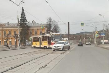 В центре Нижнего Тагила трамвай сошёл с рельс