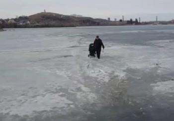 В Нижнем Тагиле спасатели прогнали с тонкого льда пруда мужчину с коляской и велосипедистов (ВИДЕО)