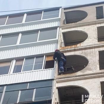 В Нижнем Тагиле спасатели освободили женщину, которую двухлетняя дочь заперла на балконе 7-гоэтажа