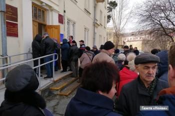 Власти Новоуральска отказались закрывать город после гигантских очередей запропусками