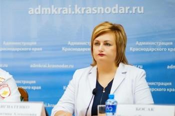 «В вашем колхозе попросите»: в Краснодаре чиновница отчитала врачей за нежелание шить бахилы