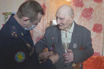 В Екатеринбурге военные устроили личный парад Победы для 104-летнего ветерана (ВИДЕО)