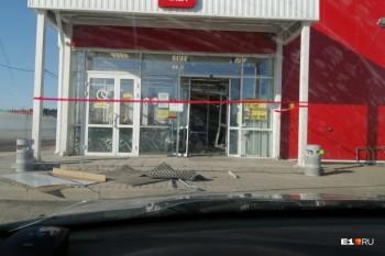 В селе под Екатеринбургом из магазина украли единственный банкомат (ВИДЕО)
