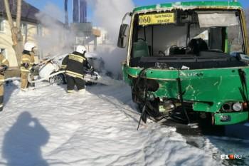 В Екатеринбурге столкнулись легковушка и пассажирский автобус, есть пострадавшие (ВИДЕО)