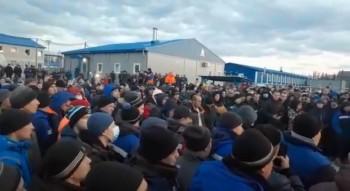 Вахтовые рабочие устроили митинг наместорождении «Газпрома» в Якутии