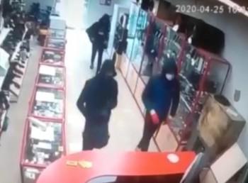 Появилось видео дерзкого налёта банды подростков на комиссионный магазин в Нижнем Тагиле