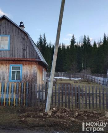 «Навтыкали, как спички». Жители посёлка Уралец пожаловались в прокуратуру на упавшие столбы «Светлого города»