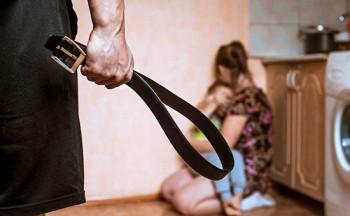 Во время самоизоляции в России в 2,5 раза увеличилось количество жалоб на домашнее насилие