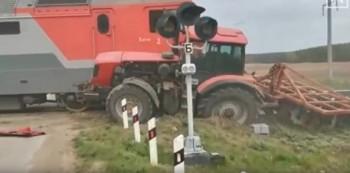 Под Екатеринбургом поезд протаранил застрявший нажелезнодорожном переезде трактор
