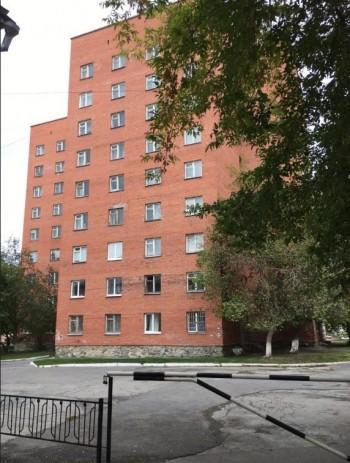 В Екатеринбурге в общежитии УрФУ нашли обмотанное простынёй тело первокурсника