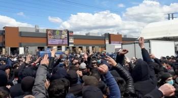 В Москве сотни мигрантов устроили акцию протеста возле одного из рынков (ВИДЕО)