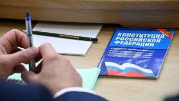 Вновом законопроекте Путина овоспитании патриотизма ушкольников нашли ссылку наещё непринятую статью Конституции