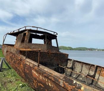 Водолазы Центра защиты населения подняли со дна Тагильского пруда боевой катер (ВИДЕО)