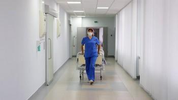 ВБарнауле СК начал проверку медучреждения, где врачам предложили стать дворниками иуборщиками