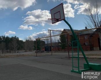 В элитном посёлке Нижнего Тагила соседи подрались из-за кражи муниципального баскетбольного кольца