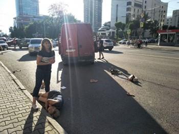 В Екатеринбурге фургон сбил троих пешеходов после столкновения с иномаркой