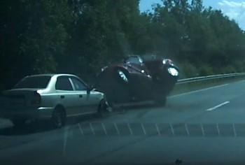 Под Нижним Тагилом Hyundai протаранил Skoda при обгоне (ВИДЕО)
