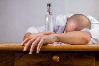 В Волгоградской области боец Росгвардии изнасиловал сослуживца водочной бутылкой