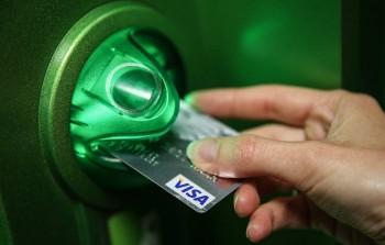 «Известия» сообщили о планах банков сделать выпуск банковских карт платным