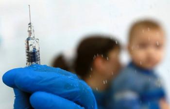 В Госдуме хотят ввести штрафы за запрет на посещение детсадов и школ детьми без прививок