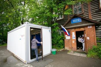 В посёлке под Верхней Пышмой для голосования поКонституции установили строительный вагончик