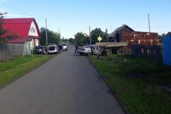 В Свердловской области в ДТП с трактором подростка выдавило из автомобиля брусом