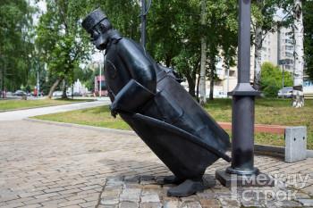 В Нижнем Тагиле вандалы сломали скульптуру «Городовой» на набережной (ВИДЕО)