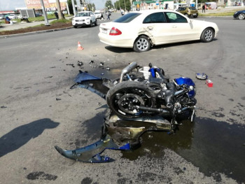 В Нижнем Тагиле мотоциклист получил тяжёлые травмы в ДТП с Mercedes
