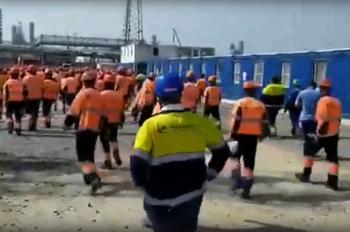 На заводе «Газпрома» в Амурской области рабочие устроили погром из-за невыплаты зарплаты (ВИДЕО)