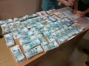 ВКольцово задержали пассажиров, провозившихчемодан с79 млн рублей