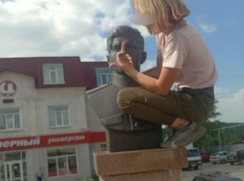 В Свердловской области школьница забралась на памятник Герою СССР и показала ему средний палец
