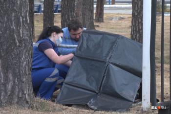 ВЕкатеринбурге тело умершего около больницы мужчины не убирали спарковки три часа